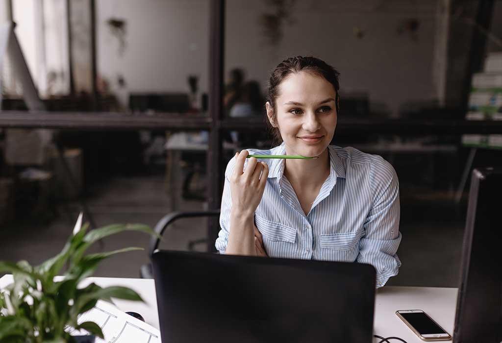 Kvinna som läser på datorn om integritets- och cookiepolicy